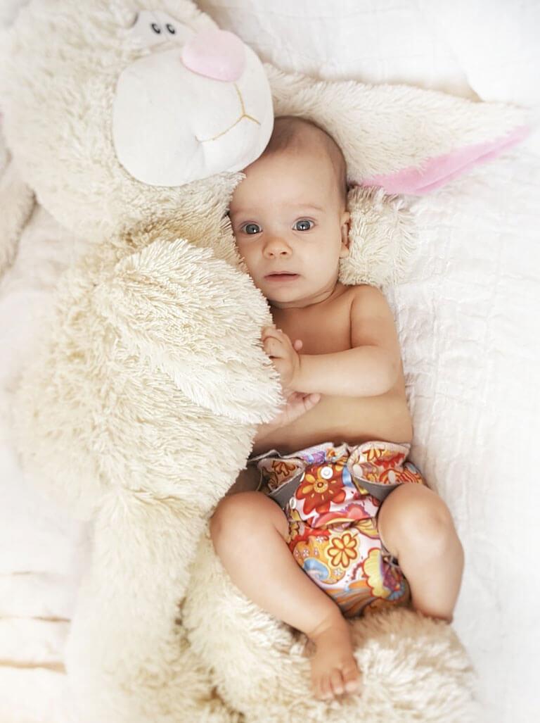 Малыш в многоразовых подгузниках